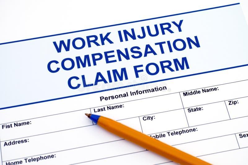 Formulaire de réclamation de compensation de blessure de travail avec le stylo image stock