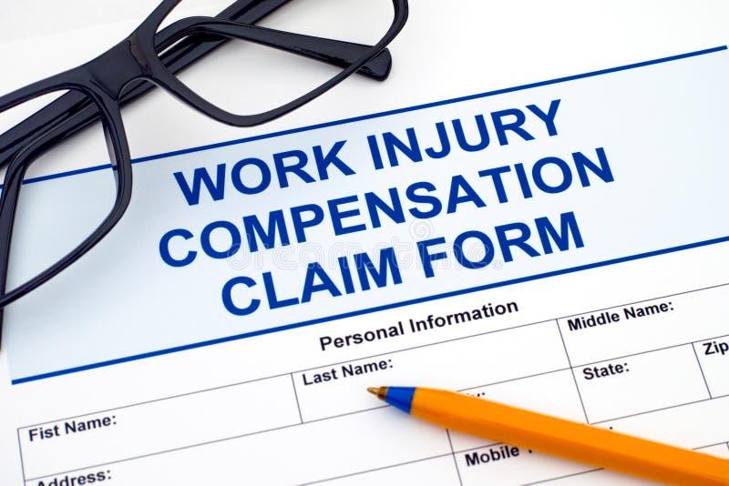 Formulaire de réclamation de compensation de blessure de travail avec le stylo et les verres photographie stock