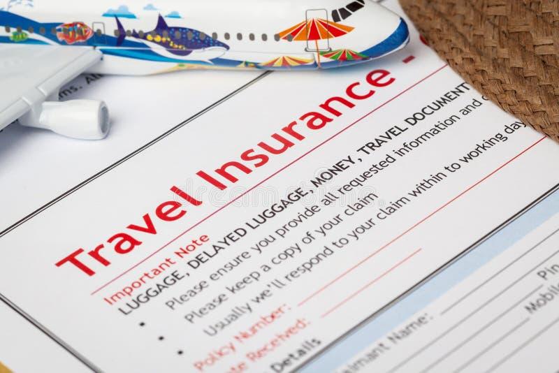 Formulaire et chapeau de demande de déclaration de sinistre de voyage avec le monocle dessus image libre de droits