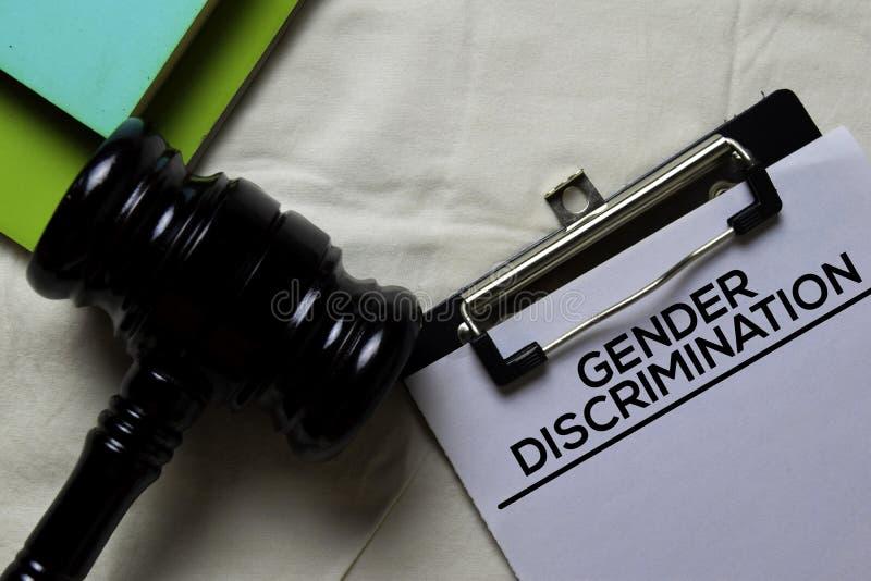 Formular für das Dokument zur Diskriminierung der Geschlechter und Schwarze Richter am Schreibtisch Rechtsbegriff stockbilder