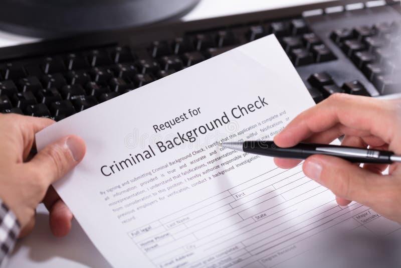 Formulario de inscripción del control de Person Hand Filling Criminal Background fotos de archivo