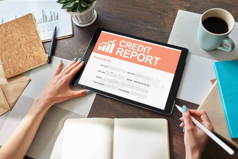 Formulario de inscripción del informe de crédito en la pantalla Concepto del negocio y de las finanzas fotografía de archivo
