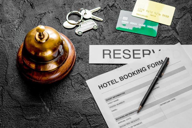 Formulario de reserva para la reserva de la habitación, la pluma y el backg de la oscuridad del anillo fotos de archivo libres de regalías