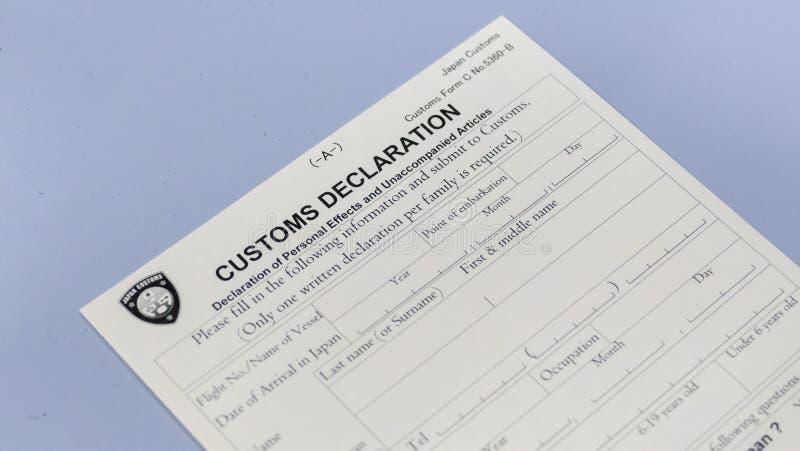 Formulario di dichiarazione doganale al contatore dell'aeroporto fotografia stock libera da diritti