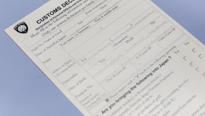 Formulario di dichiarazione doganale al contatore dell'aeroporto fotografie stock