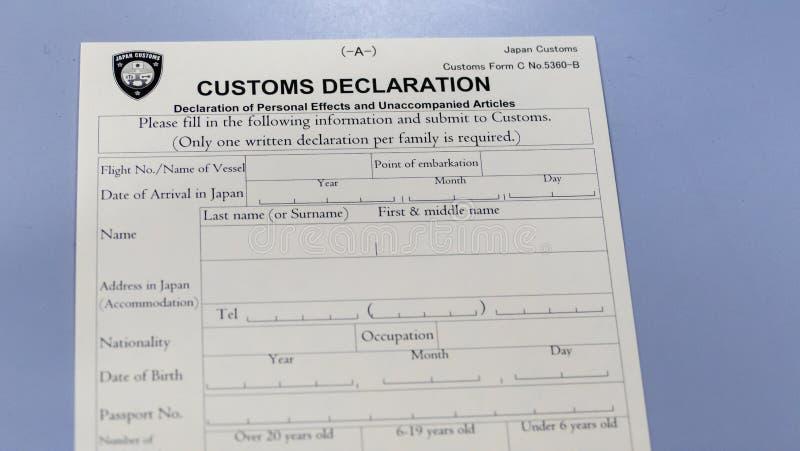 Formulario di dichiarazione doganale al contatore dell'aeroporto fotografie stock libere da diritti