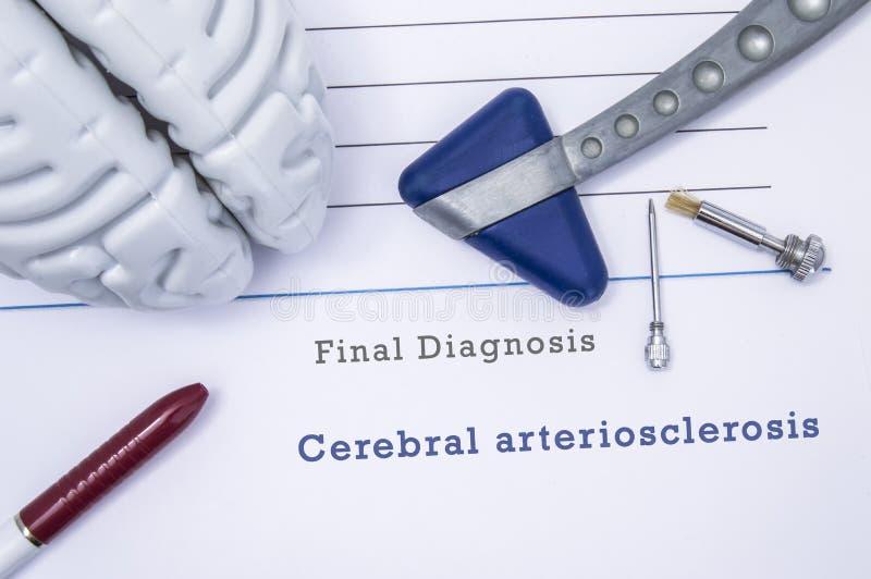 Formulario médico impreso con arteriosclerasis cerebral de la diagnosis con la figura del cerebro humano, martillo reflejo neurol stock de ilustración