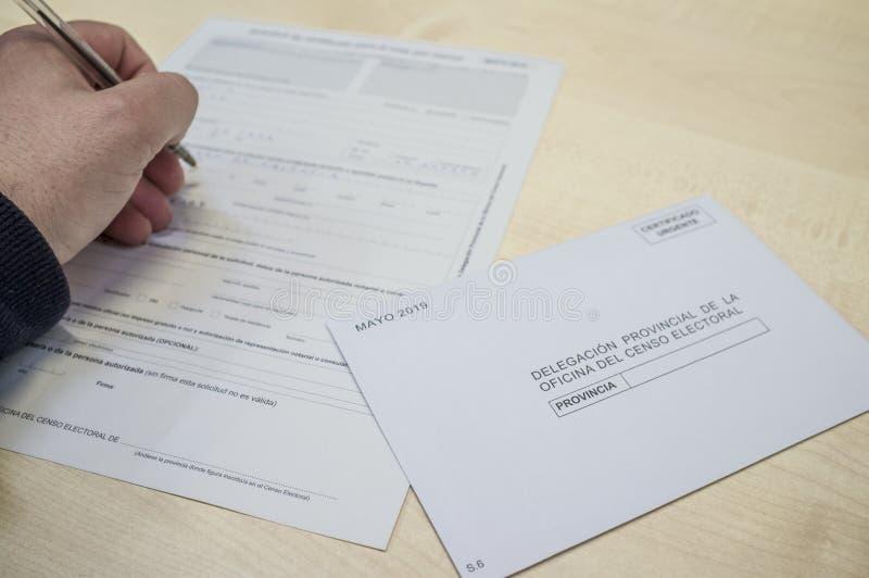 Formulario maduro de la petición del relleno del hombre para el voto de ausente o el voto postal fotos de archivo libres de regalías