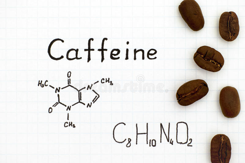Formule chimique de caféine avec des grains de café image stock