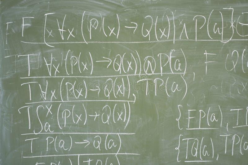 Formules de maths écrites sur le bureau image stock