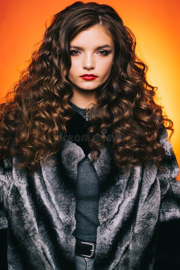 Formung des gelockten Haares r H?bsches M?dchen mit gelockter Frisur Jugendliche mit stilvollem lizenzfreies stockfoto