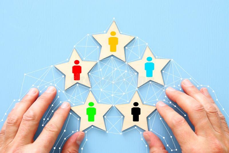 Formung eines erfolgreichen Teams, der Leuteikonen über Gruppe von 5 Sternen, des Personals und des Managementkonzeptes lizenzfreie stockfotografie