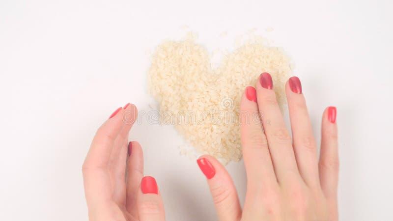 Formung von Herzform vom weißen Reis lizenzfreie stockfotografie