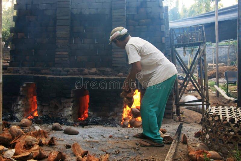 Fornace per mattoni tradizionale facendo uso delle bucce della noce di cocco per combustibile fotografia stock