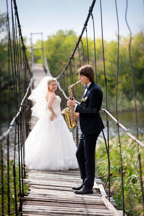 Fornal bawić się dla panny młodej na ich dniu ślubu zdjęcie royalty free
