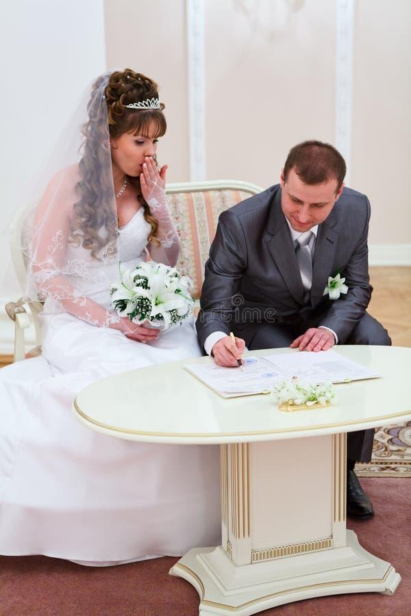 Fornal bierze w papierach podpis zdjęcie stock