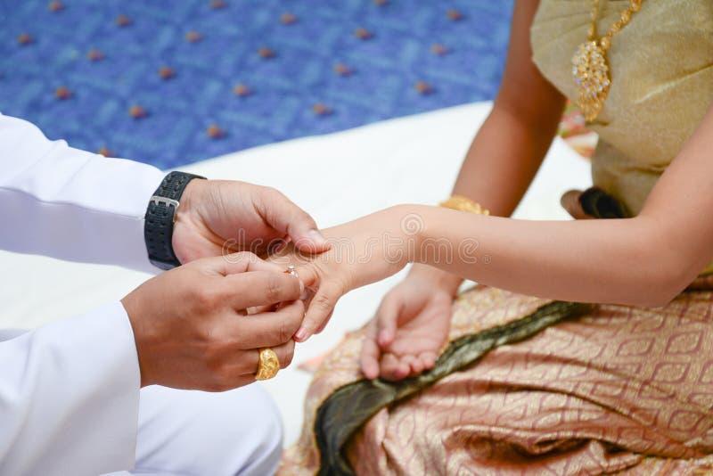 Fornal jest ubranym diamentowego pierścionek na panny młodej ręce zdjęcie stock