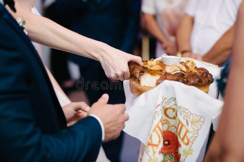 Fornal odrywa się kawałek ślubny bochenek zdjęcia royalty free