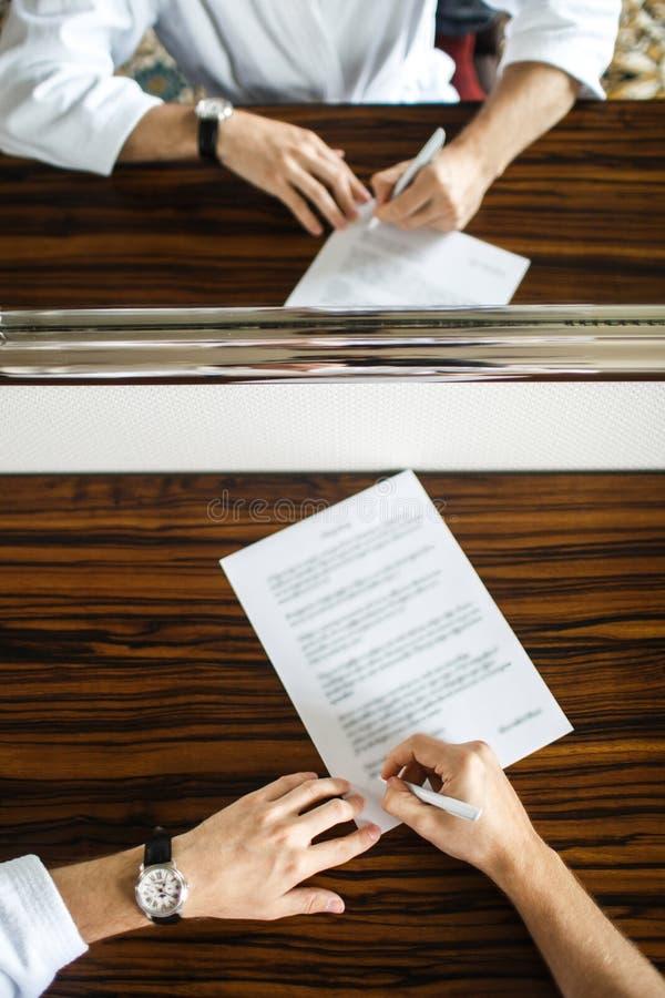 Fornal pisze liście jego ukochana panna młoda obraz royalty free