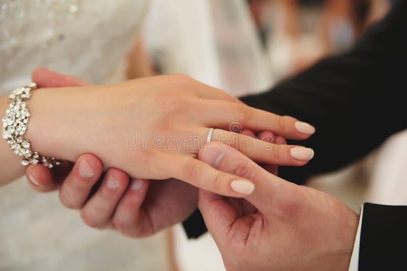 Fornal stawia białego złota pierścionek zaręczynowego na jego palcu zdjęcie stock