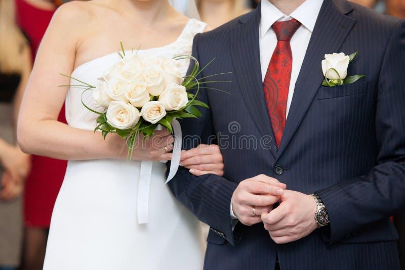 Fornal trzyma panny młodej ręką zdjęcie royalty free