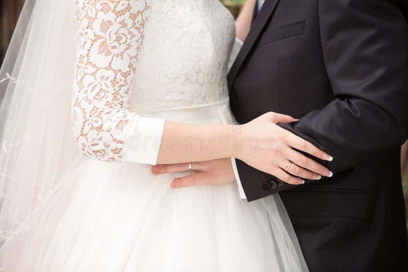 Fornal trzyma panny młodej ręką obraz stock