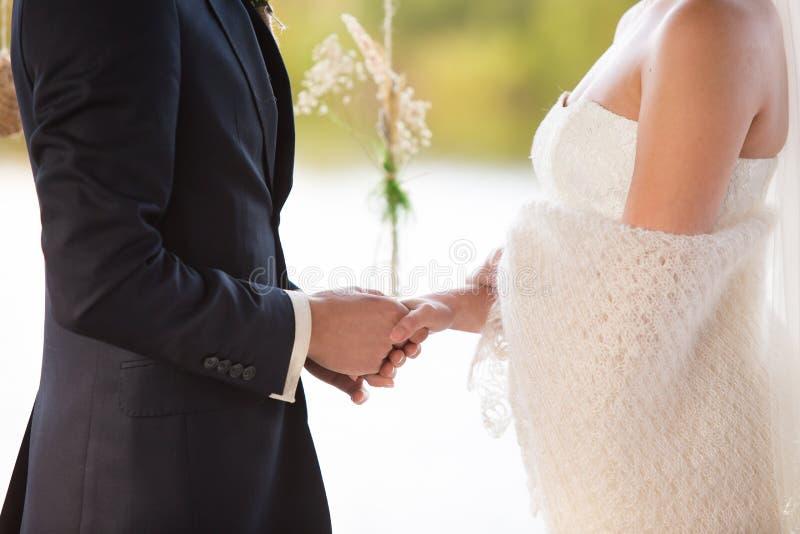 Fornal trzyma panny młodej rękę zdjęcia royalty free