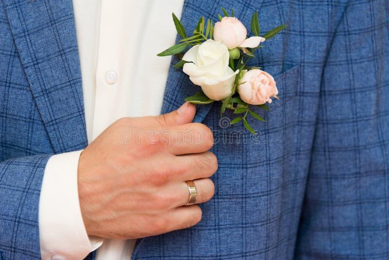 Fornal w błękitnym w kratkę kostiumu z jasnoróżowy i białym wzrastał bo obraz stock