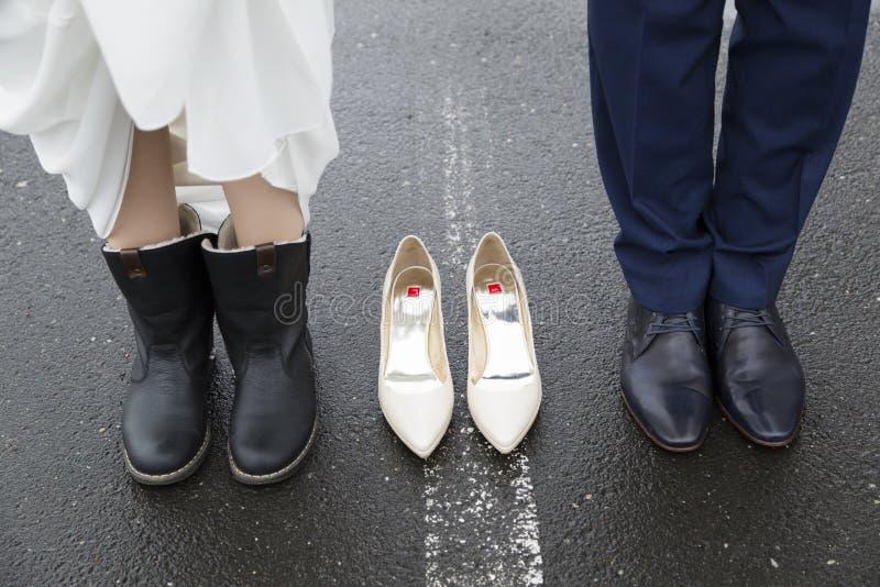 Fornal w kostiumu i pannie młodej w ślubnej sukni mienia rękach fotografia stock