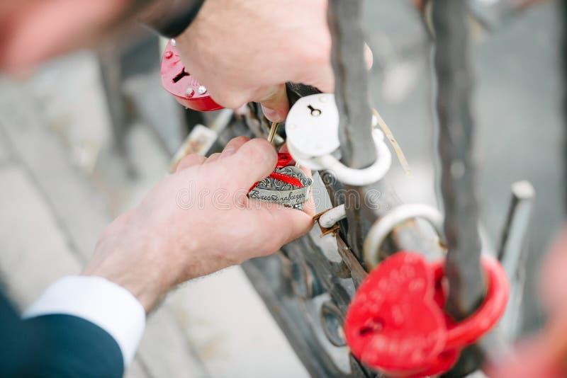 Fornal wiesza kasztel na moście dla nowożeńcy Ślubna tradycja obrazy stock