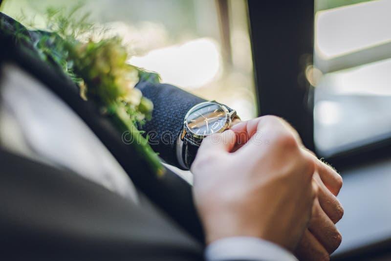Fornal z boutonniere i zegarem Fornal waching na zegarze piękne wesele zdjęcie stock