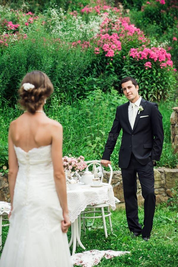 Fornal zaprasza jego panny młodej w czarnym kostiumu fotografia royalty free