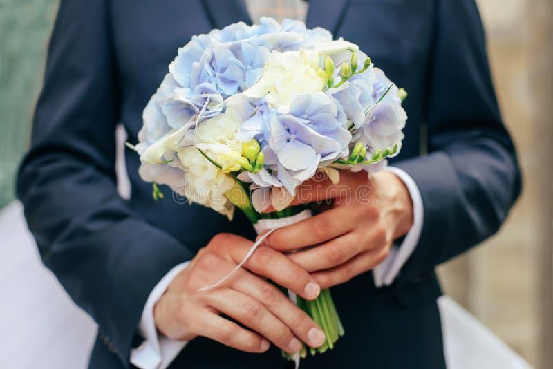Fornala chwyta ślubny bukiet Piękno barwioni kwiaty Zakończenie wiązka florets obraz royalty free