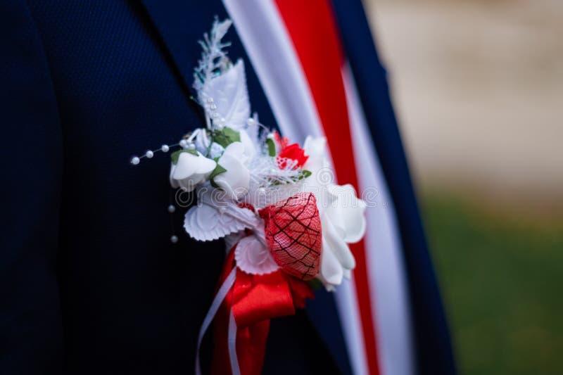 Fornala kostium z kwiatem na jego klatka piersiowa ślubu szczegółach wewnątrz w górę widoku zdjęcia stock