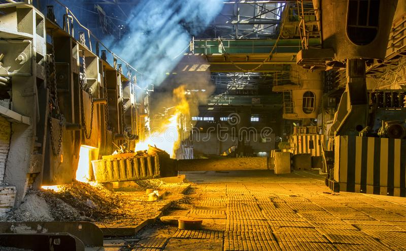 fornalha da Aberto-lareira em uma planta metalúrgica foto de stock royalty free
