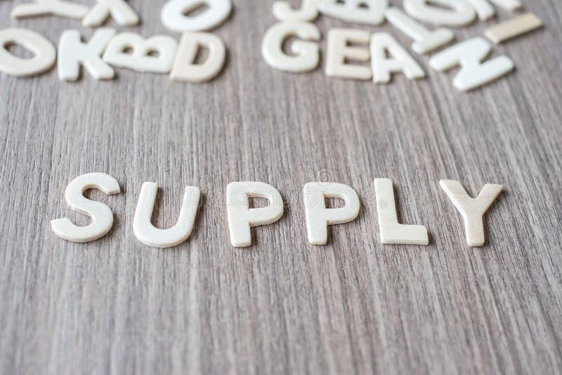 FORNEÇA a palavra de letras de madeira do alfabeto Negócio e ideia imagem de stock royalty free