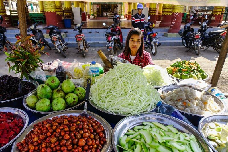 Fornecedor vendendo comida de rua em Yangon, Mianmar imagem de stock royalty free