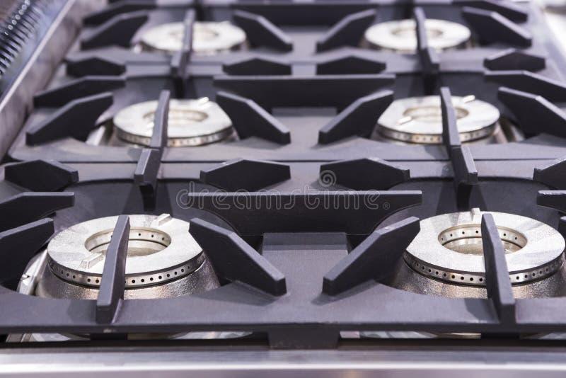 Fornello di gas bruciante della cucina; articolo da cucina moderno fotografie stock