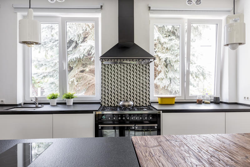Fornello ed eave in cucina moderna fotografie stock libere da diritti