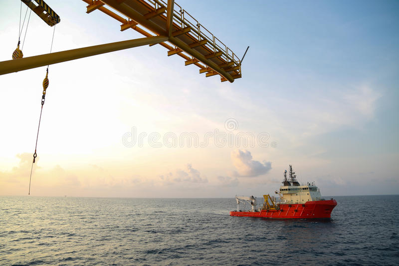 Fornisca l'operazione della barca che spedisce tutto il carico o canestro ad al largo Sostenga il trasferimento tutto il carico i fotografia stock