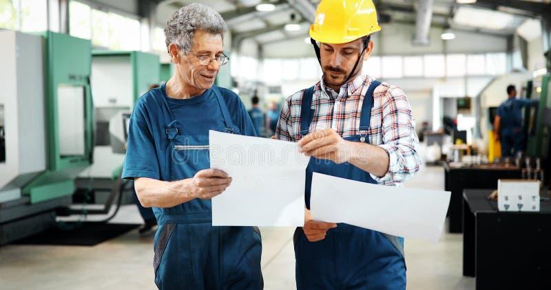Fornitore con l'ingegnere che verifica la produzione in fabbrica fotografia stock libera da diritti