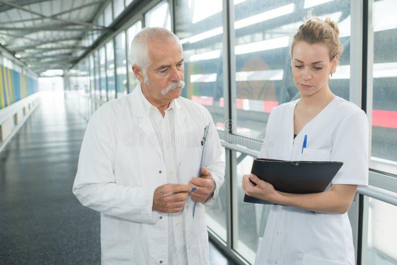 Fornitori di cure mediche sul corridoio fotografia stock libera da diritti