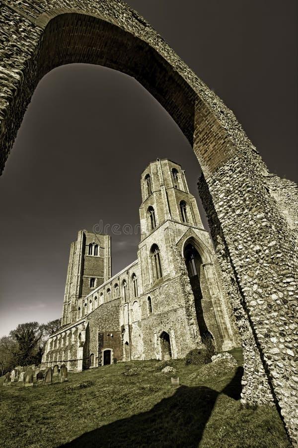 fornminne 2 Historisk Wymondham abbotskloster via den kyrkliga bågen r royaltyfri foto