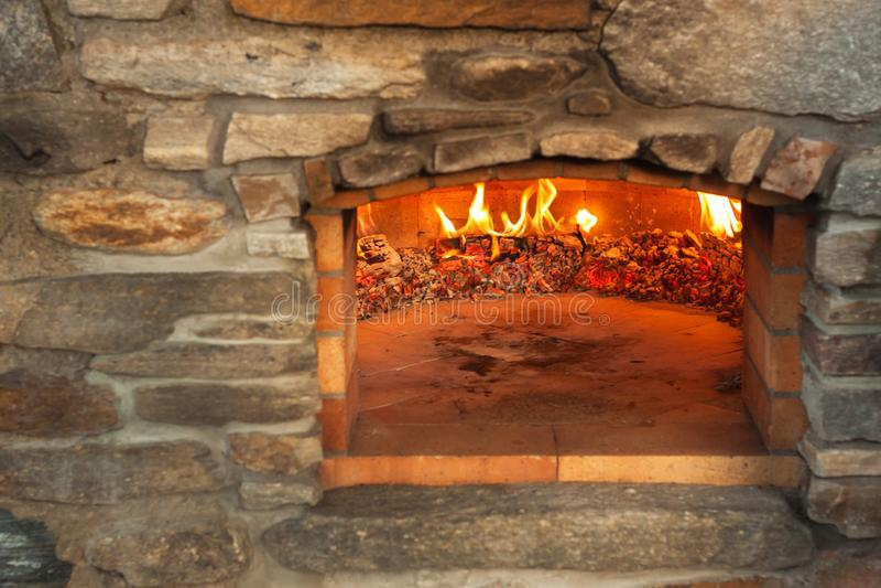 Forno de pedra exterior home da pizza Produção tradicional da pizza Preparação do jantar imagem de stock royalty free