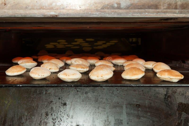 Forno do cozimento com pão do pão árabe fotografia de stock