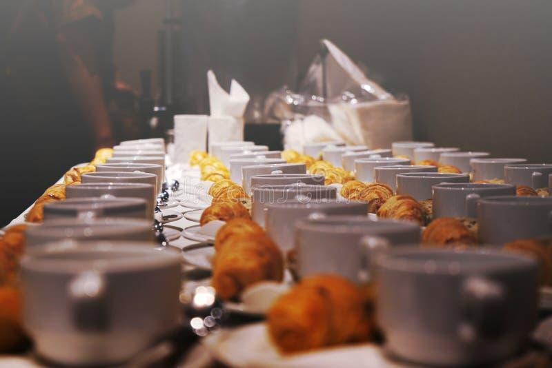 Forno e bevanda per tempo della pausa caffè all'affare del partito, di conferenza o di seminario immagine stock