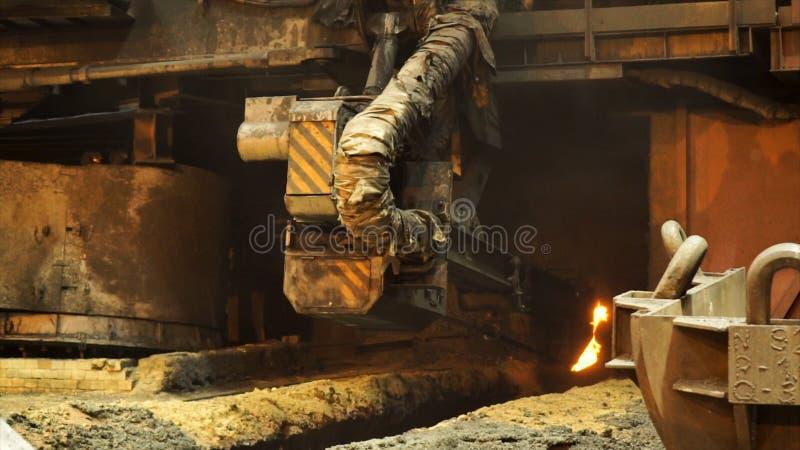Forno elettrico per la fusione dell'acciaio liquido nella pianta metallurgica Metraggio di riserva Chiuda su per la macchina funz fotografia stock