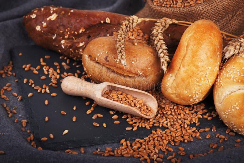 Forno, pagnotte crostose e panini Assortimento di pane cotto immagine stock