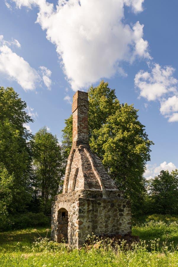 Forntida övergett vatten maler omgivet av den härliga naturen Hus som byggs av stenen och trä, yttre väggar och förfallen bro fotografering för bildbyråer