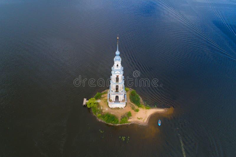 Forntida översvämmat klockatorn Kalyazin Ryssland fotografering för bildbyråer